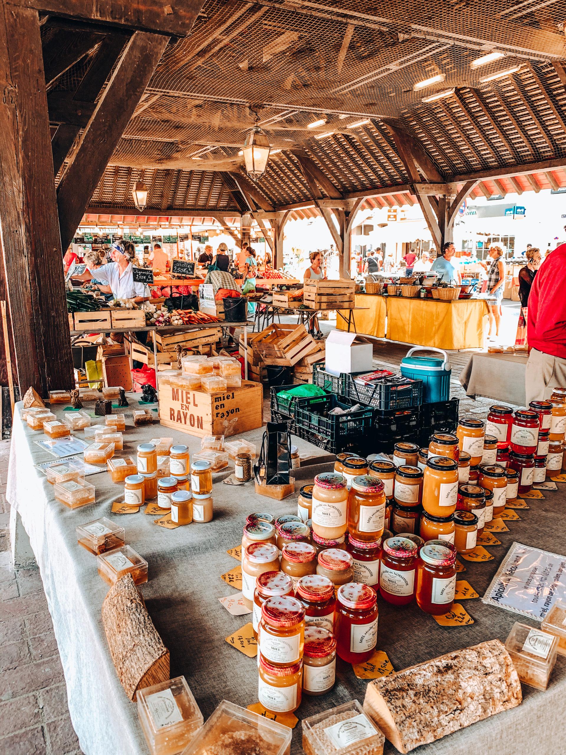Stand miel marché de Deauville
